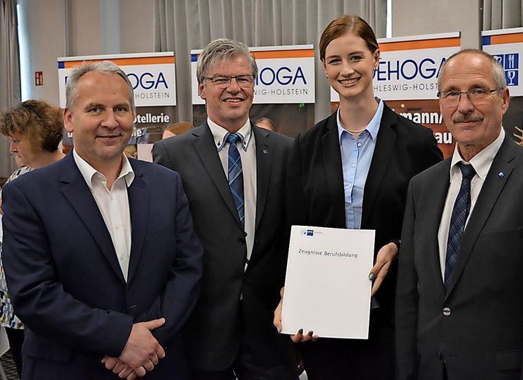 Auszeichnung für die Prüfungsbeste: Lutz Frank (v. l.), Frank Denker, Christine Marianne Teegen und Dr. Ulrich Hoffmeister.